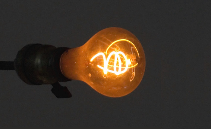 Żarówka węglowa, która świeci od ponad 100 lat